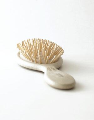 Miljøvenlig hårbørste fremstillet af et naturligt materiale baseret på hvedestrå og fibre